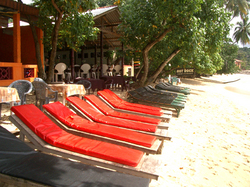Red_beach_seats_at_unawatuna